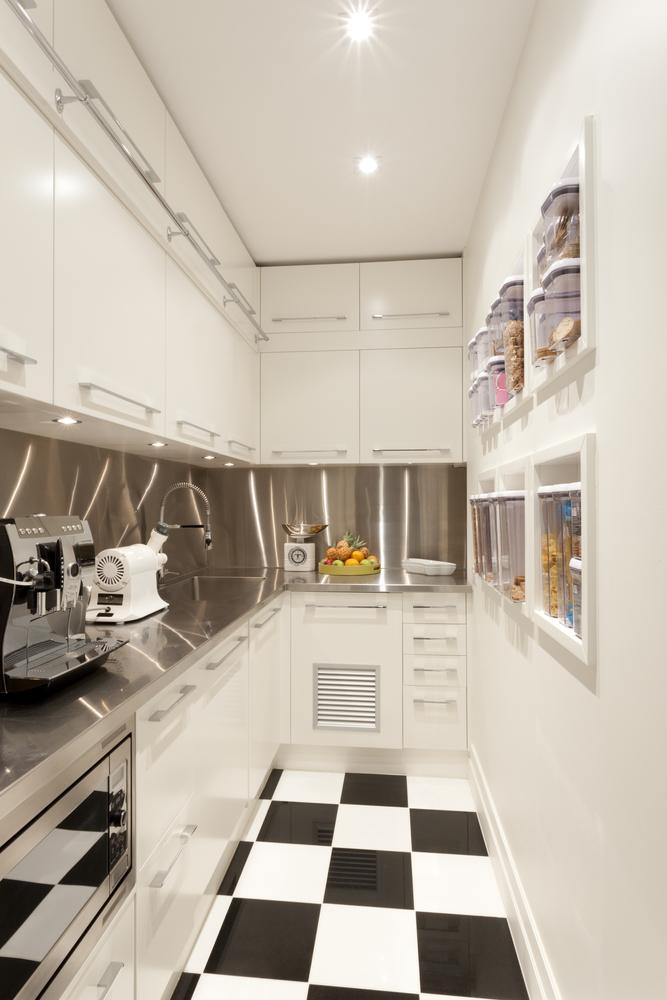 Los mejores consejos para decorar una cocina alargada for Amueblar cocina alargada